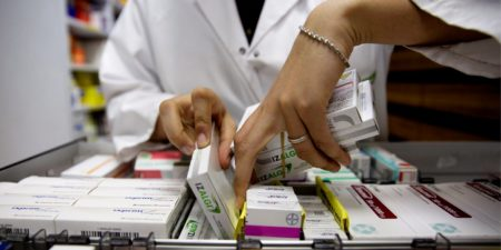 La mayoría de los ciudadanos todavía van a la farmacia