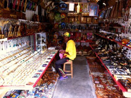 El mercado de artesanía de Andravoahangy tiene muchos productos de ropa malgache