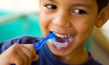 Desde una edad temprana, se enseña a los niños a cepillarse los dientes tres veces al día.