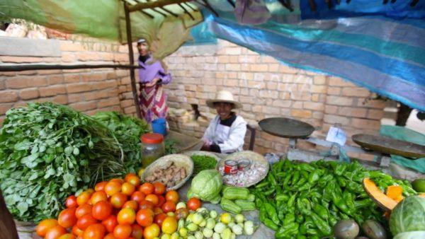 Prodejce zeleniny na trhu v Malagasy