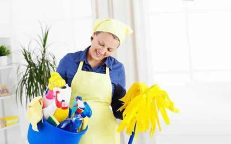 Los padres a tiempo completo en la oficina delegan la organización del hogar a una trabajadora doméstica