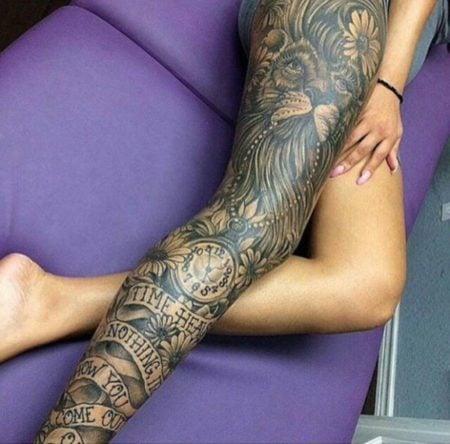 Tatuajes en las piernas en posición de poste delante de los brazos