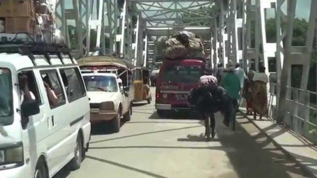 Bienvenidos a Madagascar: incluso fuera de la ciudad de Antananarivo, los taxis-brousse del monte siguen sufriendo atascos…