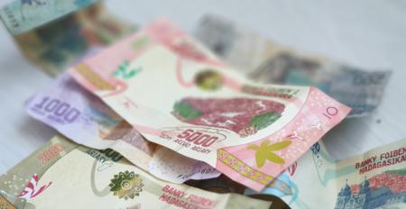 ¿Sabes que das mucho más que estos pequeños billetes a los operadores móviles en Madagascar?