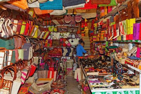 La mayoría de los tananarivianos compran sus productos de arte malgache en el Tsena