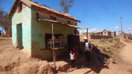 Los productos lácteos se venden en todas partes de Madagascar, incluso en las afueras