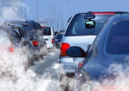 Znečištění způsobené výfukovým plynem automobilu je patrné v hlavním městě