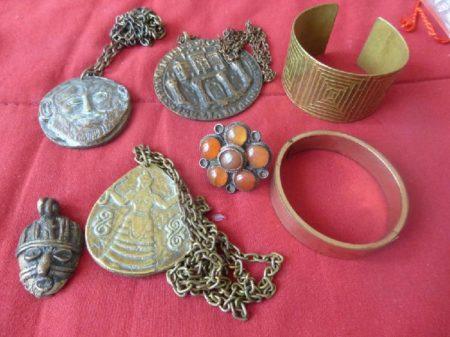 Jen málo žen z Tananarivu si cení měděných nebo bronzových šperků
